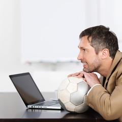 geschäftsmann mit fußball und laptop