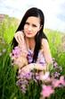 Belle jeune femme en plein air et fleurs