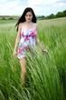 Belle jeune femme en plein air