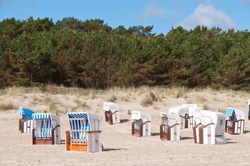 Strandkörbe vor den Dünen