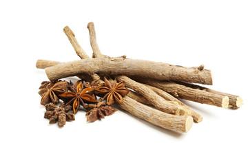 Süßholzwurzeln und Sternanis isoliert
