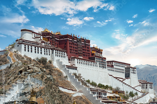 Tuinposter China Potala Palace in Lhasa ( Tibet ) with beautiful sky