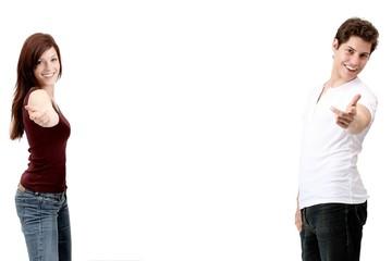 Paar zeigt mit Armen nach vorne (weisser Hintergrund)