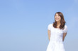 空と若い女性