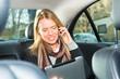 Frau fährt in einem Taxi, sie telefoniert