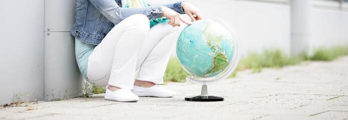 attraktives weibliches Model posiert mit einem Globus
