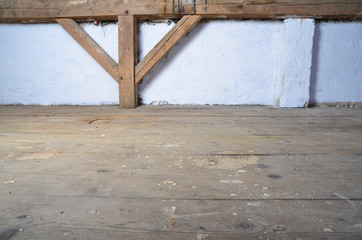 alter Dachboden mit Dielen
