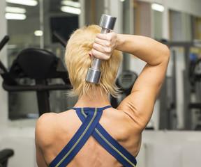 женщина занимается спортом в спортзале