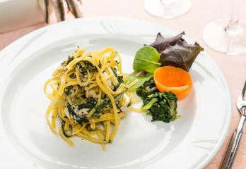 Tagliolini con pesce e verdura, fuoco selettivo - Italian pasta