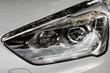 Moderner Autoscheinwerfer mit Chromleiste