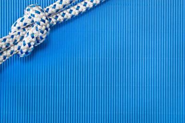 Maritimer Hintergrund in blau mit Knoten