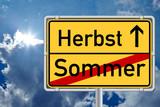 Schild - Jahreszeitenwechsel Sommer / Herbst mit Himmel