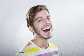 Joven Rubio con gran Sonrisa