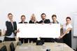 Geschäftsleute halten Banner mit Textfreiraum