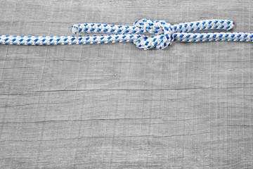 Tauwerk - Knoten - nautisch - Hintergrund aus Holz maritim