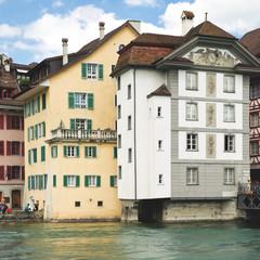 Häuser am Reuss-Ufer in der Luzerner Altstadt