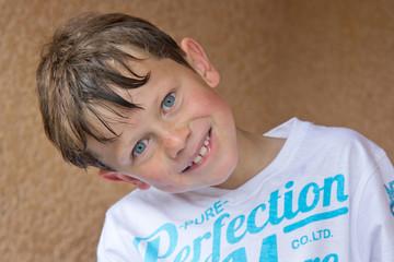 Portrait d'un petit espiègle (8 ans)