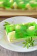Kuchen mit grüner Götterspeise und Stachelbeeren