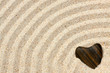 galet coeur sur sable