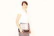 junge moderne Frau mit Tasche
