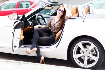 junges Model im Auto