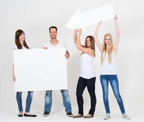junge Erwachsene halten Reklameschilder