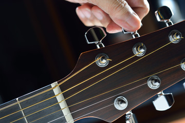 Hand tuning a guitar from headstock