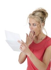 Frau liest schlechte Nachricht