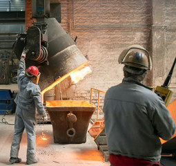 Industriearbeiter im Stahlwerk // industry workers