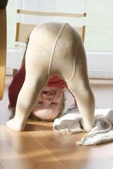 Kind macht Kopfstand oder Brücke