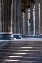 Close-up de colonnes avec des escaliers