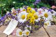 Lieber Gruß: Frühlingsblumen in Korb mit Anhänger