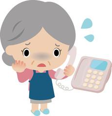 電話口でうろたえる高齢の女性