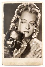 Portrait de jeune femme avec un masque de carnaval