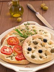 Focaccia Brot mit Tomaten und Oliven