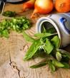 küchenkräuter mit wiegemesser