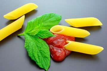 Penne rigate con salsa e basilico