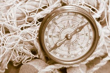 Nautik: alter Kompass aus der Schifffahrt