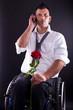 junger Mann im Rollstuhl verabredet sich