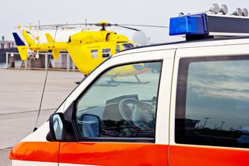 Rettungswagen und Rettungshubschrauber