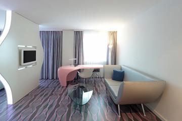 Design Couch mit Schreibtisch und Fernseher