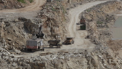 Production of a natural construction stone in an open pit. Worki