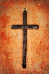 Croce in legno su vecchio muro rosso