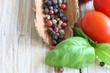 Bunte Pfefferkörner mit Tomate und Basilikum