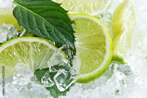Slices of a lime and leaves of mint © Igor Normann