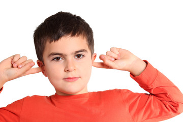 bambino si ottura le orecchie