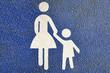 Symbol Mutter und Kind auf Straßenasphalt