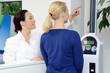 Apothekerin im Beratungsgespräch zu Körpergröße und Gewicht