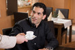 Geschäftsmann erhält einen Espresso