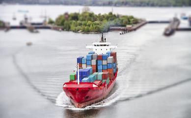 Containerfeeder auf dem Nord-Ostsee-Kanal bei Kiel